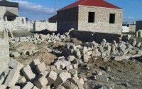 İcra Hakimiyyəti ön cəbhədə döyüşən əsgərin tikilməkdə olan evini söküb — FOTO